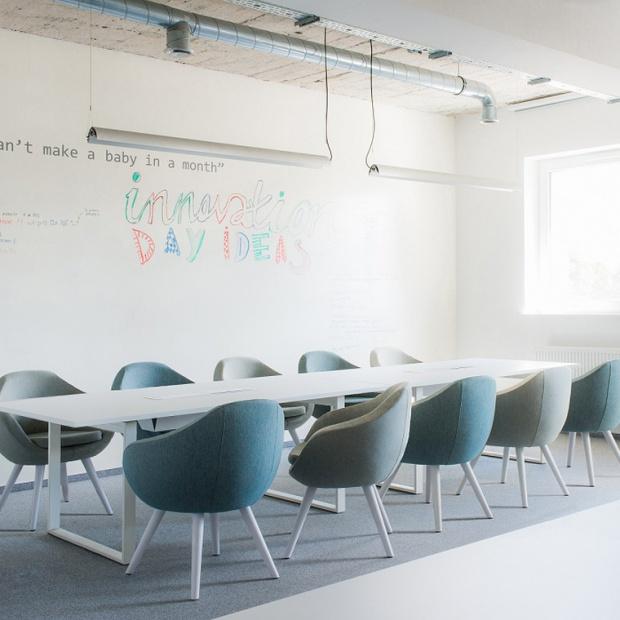 """Polscy projektanci zaprojektowali """"ponadczasową"""" kolekcję foteli"""
