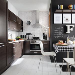 Meble kuchenne w czekoladowym kolorze drewna wenge zestawiono z jasną podłogą i ścianą, opierając aranżację kuchni na kontrastach. Fot. Black Red White.