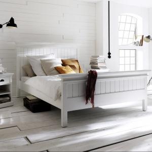 Kolekcja mebli Halifax jest doskonałą interpretacją stylu Prowansji. Kolekcja białych mebli została wykonana z egzotycznego drewna mahoniowego wzbogaconego dodatkami rattanowymi. Fot. Seart.