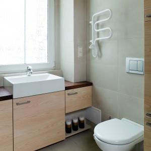 Jasnobeżowa łazienka w wiekowej kamienicy. Powierzchnia: około 4 m². Projekt: Magdalena Listoś. Fot. Bartosz Jarosz.