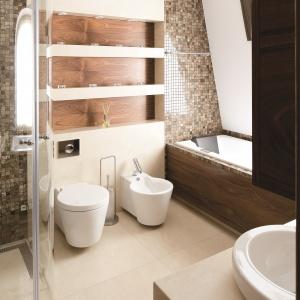 W eleganckiej łazience jasny beż zestawiono z brązem i drewnem. Powierzchnia: około 8 m². Projekt: Keen Property Partners KPP. Fot. Bartosz Jarosz.