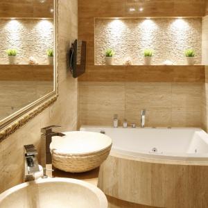 Łazienka z pięknym, beżowym trawertynem. Powierzchnia: około 7 m². Projekt: Marta Kwilman. Fot. Bartosz Jarosz.