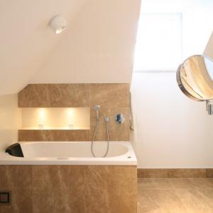 Niewielka łazienka na poddaszu z wanną pod skosem dachowym. Projekt: Katarzyna Merta-Korzniakow. Fot. Bartosz Jarosz.