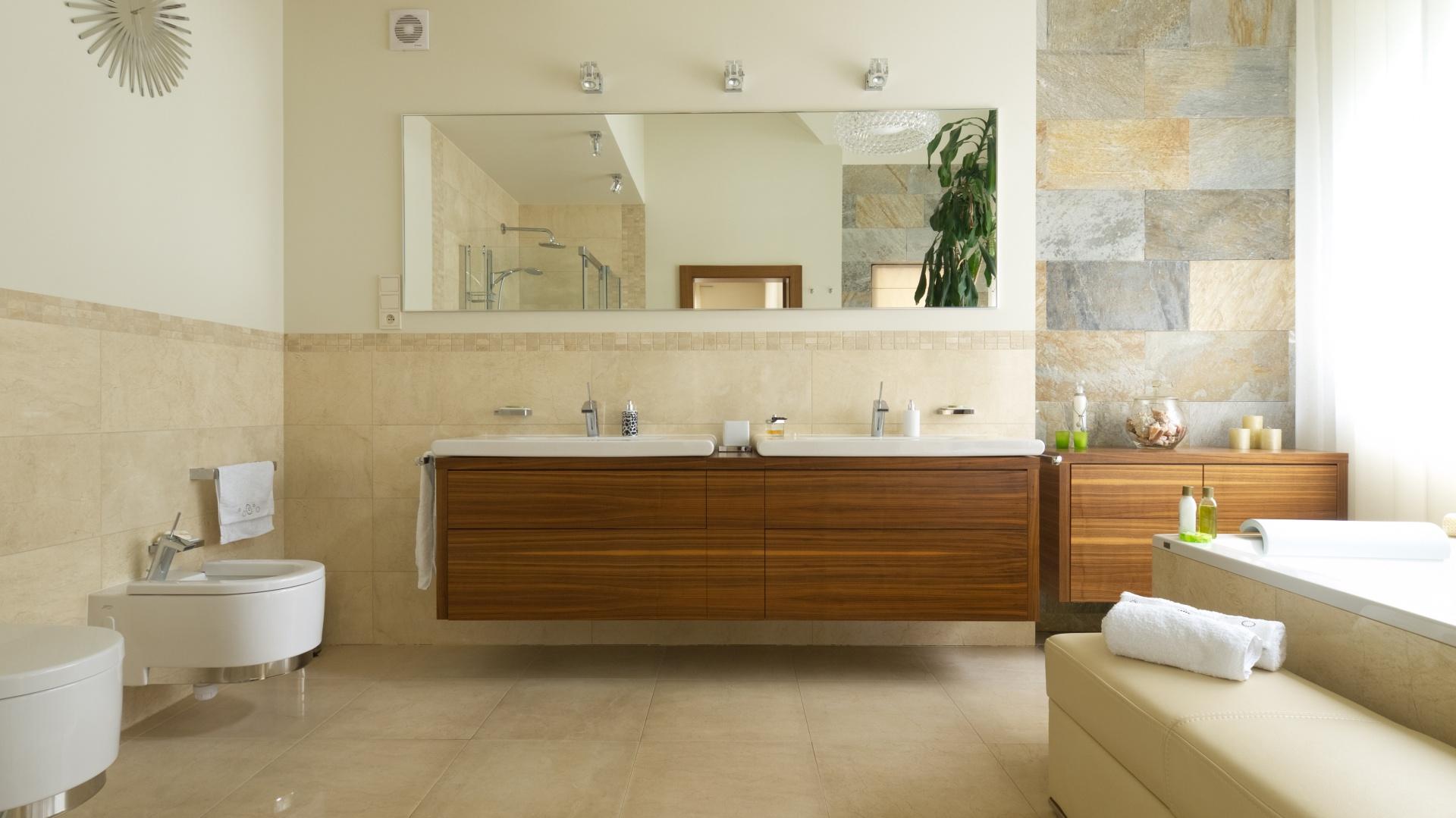 Łazienka urządzona w ciepłych beżach oraz z dodatkami drewna. Powierzchnia: około 8 m². Projekt: Tomasz Tubisz. Fot. Bartosz Jarosz.