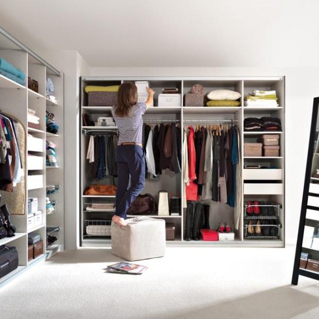 Garderoba w sypialni. Sprytne pomysły na przechowywanie
