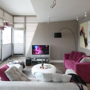 W niedużym apartamencie spore przeszklenia zapewniają nie tylko dużą dawkę naturalnego światła, ale też piękne widoki. Projekt: Małgorzata Borzyszkowska. Fot. Bartosz Jarosz.