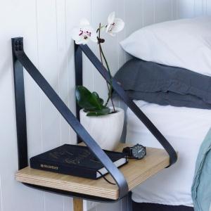 Szafka Leather Straps montowana jest do ściany za pomocą skórzanych pasków. Blat może być drewniany bądź też powlekany skórą. Fot. Cranmore Home.