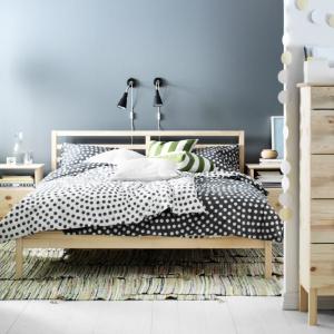 Stolik Tarva wykonany z litego drewna. Jest bardzo ciepły i naturalny w wyglądzie. Fot. IKEA.