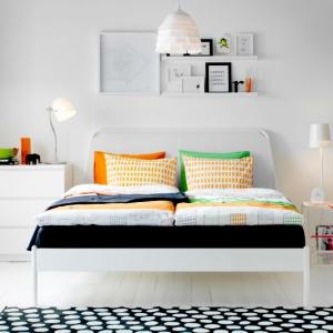 Stolik PS 2014 może pełnić trzy funkcje - szafki, lampy oraz przegródki na czasopisma. Fot. IKEA.