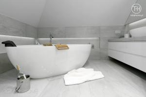 PROJEKT ŁAZIENKI KATOWICE, ekskluzywna nowoczesna łazienka, łazienka  z wanną wolnostojącą, półka za wanną w łazience, podświetlana półka w łazience, umywalka nablatowa, szafki pod umywalką