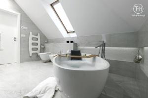 PROJEKT ŁAZIENKI KATOWICE, mozaika w półce za wanną, bateria wannowa podłogowa, szara płytka w łazience, płytka marmur, podświetlane lustro w łazience, mozaika pod lustrem, bateria wysoka, umywalka nablatowa, umywalka obła, lustro między płytkami