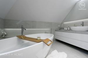 PROJEKT ŁAZIENKI KATOWICE, kabina we wnęce, deszczownica ze ściany, bateria podtynkowa, projekt szarej łazienki, projekt nowoczesnej łazienki, wanna wolnostojąca