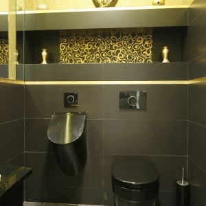 Czarno-złota toaleta dla gości. Powierzchnia: około 2,5 m². Projekt: Magdalena Mirek-Roszkowska. Fot. Bartosz Jarosz.