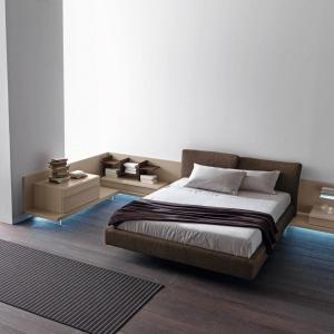 Stolik nocny może być przedłużeniem konstrukcji łóżka. Wymaga sporo przestrzeni, jednak prezentuje się bardzo ciekawie - zwłaszcza jeśli podświetlimy go od dołu. Fot. Presotto.
