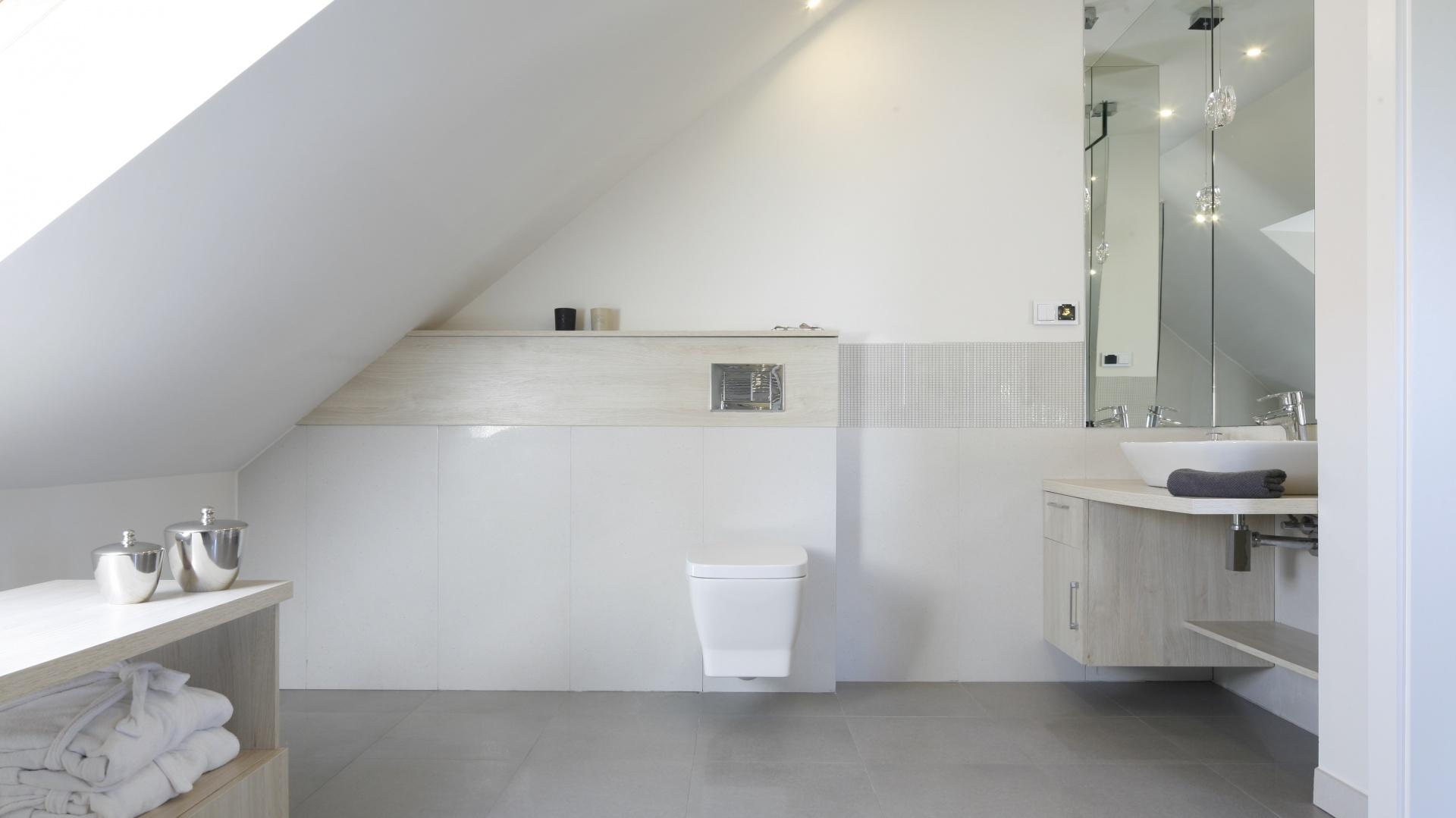 Biała łazienka na poddaszu...  Jasna łazienka. 15 pomysłów na piękne wnętrze  Strona: 10