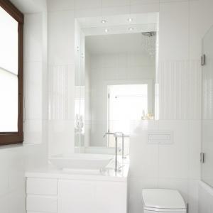 Biała, mała łazienka – jedynie na podłodze są szare płytki. Projekt: Kamila Paszkiewicz. Fot. Bartosz Jarosz.