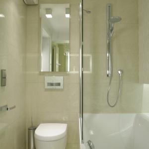 Jasny beż, biel oraz lustra sprawiają, że łazienka wydaje się dużo większa. Projekt: Małgorzata Borzyszkowska. Fot. Bartosz Jarosz.