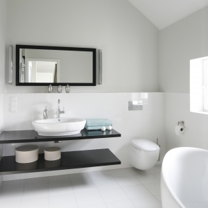 Białą łazienkę ożywiają elementy w czarnym kolorze. Projekt:  Ventana. Fot. Bartosz Jarosz.