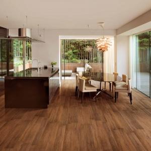 Płytki ceramiczne Energy Wood w ciepłym, czekoladowym wybarwieniu drewna sprawdzą się idealnie w kuchniach, w których zależy nam na domowej, przytulnej atmosferze. Fot. Cedir.