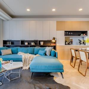 W mieszkaniu dominuje jasna kolorystyka i nowoczesne formy. Wzrok przyciąga geometryczny stolik kawowy. Projekt: Archlin Studio.