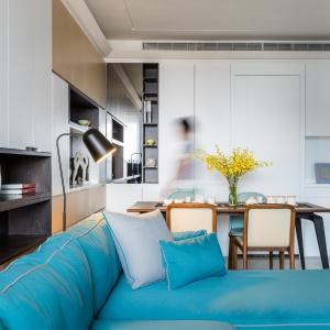 Kuchnia jest częściowo zamknięta, zajmując indywidualne pomieszczenie. Przesłonić ją można szklanymi drzwiami. Projekt: Archlin Studio.
