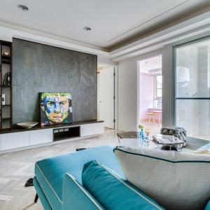 Nastrój w mieszkaniu budują dekoracyjne akcesoria i gustowne dodatki w postaci dzieł sztuki współczesnej. Projekt: Archlin Studio.