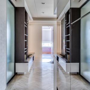 Duże połacie luster optycznie powiększają wnętrze w miejscach, gdzie naturalnie się ono zwęża - np. w przedpokoju. Projekt: Archlin Studio.