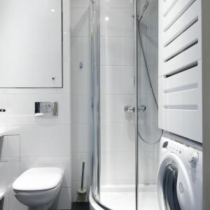 W małej łazience pralka jest zabudowana w słupku z praktyczną szafką. Projekt: Marta Kilan. Fot. Bartosz Jarosz.