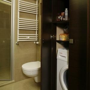 Pomysłowy schowek na pralkę w szafie łazienkowej. Projekt: Marta Kwilman. Fot. Bartosz Jarosz.