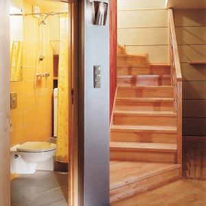 Łazienka o powierzchni tylko 2 m kw. - pralka jest ukryta za zasłoną prysznicową. Projekt: Dariusz Grabowski. Fot. Tomasz Markowski.
