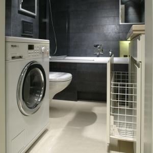 W tej małej łazience głębokość pralki dopasowano pod wymiar narożnika. Projekt: Małgorzata Borzyszkowska. Fot. Bartosz Jarosz.
