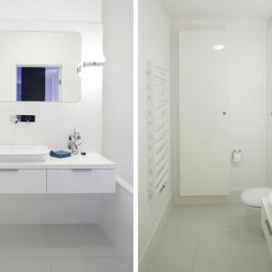 Tutaj drzwiczki pralki są dostępne od łazienki (w szafce obok sedesu), zaś urządzenie stoi za ścianą. Projekt: Maciejka Peszyńska-Drews. Fot. Bartosz Jarosz.