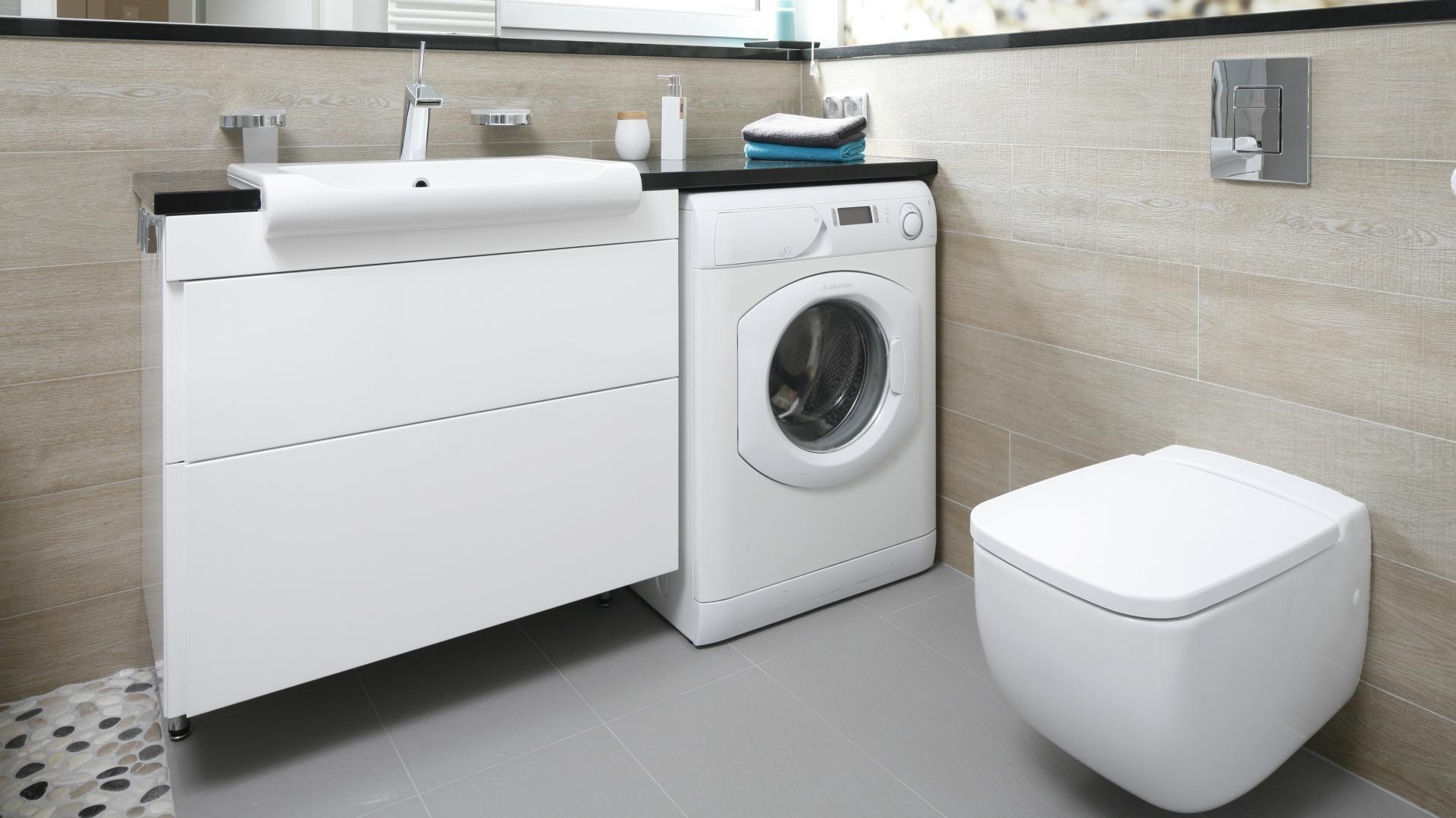 Mała łazienka z pralką typu slim pod blatem. Projekt: Joanna Morkowska-Saj. Fot. Bartosz Jarosz.