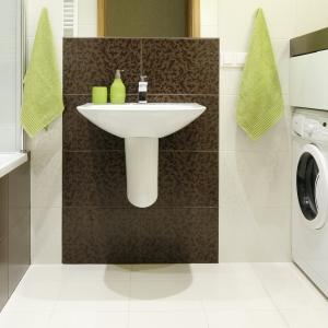 W tej małej, wąskiej łazience zmieściła się nie tylko wanna połączona z prysznicem, ale też pralka. Projekt: Marta Kilan. Fot. Bartosz Jarosz