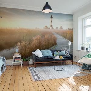 Nadmorski krajobraz z motywem drogi optycznie powiększy przestrzeń salonu. Fot. Pixers.