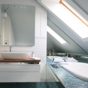 Wanna jest umieszczona pod oknem dachowym, by podczas kąpieli spoglądać w niebo. Lustra nad nią tworzą wrażenie, że łazienka jest większa i wyższa. Fot. Bartosz Jarosz.