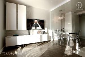 SALON SOSNOWIEC, biały salon glamour, stół Calligaris, salon z jadalnią, ściana TV z tapetą, obniżany sufit