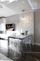 SALON SOSNOWIEC, ściana z TV, kryształowa lampa nad stołem, biały szklany stół