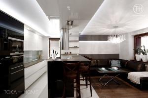PROJEKTOWANIE WNĘTRZ SOSNOWIEC, kuchnia lakierowana, biała kuchnia, czarny blat, blat granitowy, okap wyspowy,
