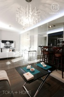 SALON SOSNOWIEC, kryształowa lampa, biała tapeta, tapeta 3d, salon z jadalnią, oświetlenie LED sufitu, lampa nad stołem