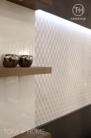 PROJEKTOWANIE WNĘTRZ SOSNOWIEC,  półki drewniane, biała tapeta nowoczesna