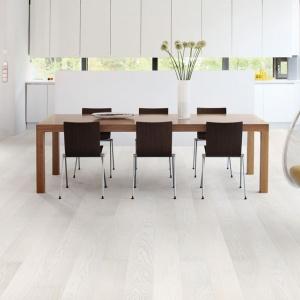Bielona podłoga z drewna jesionu z kolekcji Color Collection Lacquered firmy Timberwise, we wzorze pełnej deski. Fot. Timberwise.