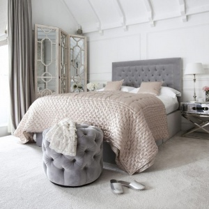 Sypialnia urządzona w stylu glamour. Szary zagłówek podkreśla piękno i urok ściany za łóżkiem wykończonej panelami. Fot. Sweetpea & Willow.