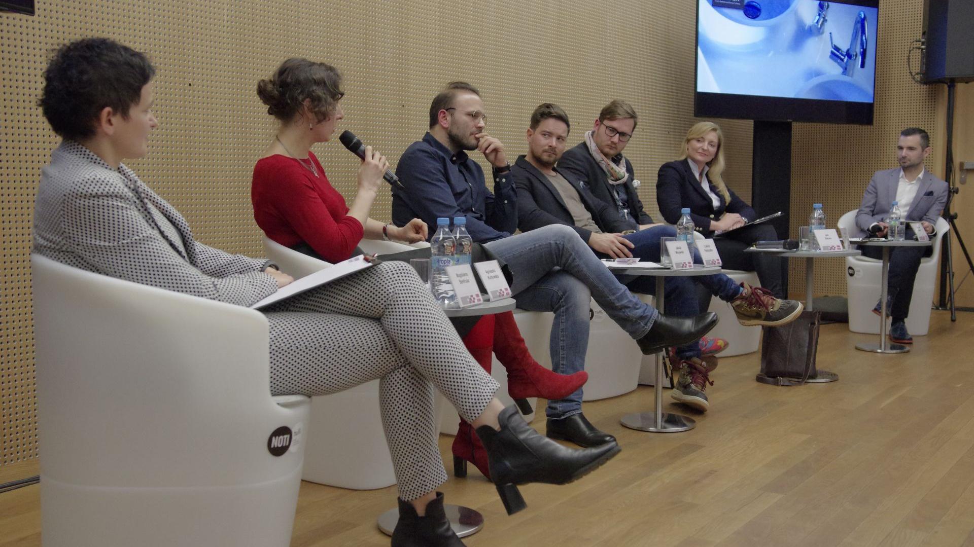 Paneliści poruszali ważne kwestie związane z nomadycznym stylem życia. Pełna sala słuchaczy była dowodem na to, iż jest to niezwykle istotna tematyka dla współczesnego człowieka. Fot. Piotr Waniorek.