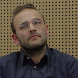 Jakub Majewski, współwłaściciel biura Moomoo Architects opowiadał o tym jak pomocne w odnalezieniu się w nowej przestrzeni życiowej, może być przeniesienie do wnętrz elementów, które już znamy. Fot. Piotr Waniorek.