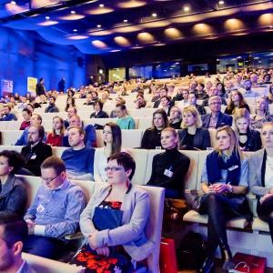 Panele dyskusyjne i prezentacje z cyklu Case Study przyciągnęły tłumy gości. Fot. Piotr Waniorek.