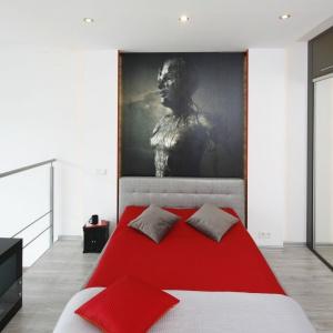 Otwartą sypialnię odgradza jedynie cienka, stalowa balustrada. Dzięki temu wokół można poczuć nieskrępowaną przestrzeń. Projekt: Monika Olejnik. Fot. Bartosz Jarosz.