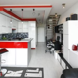 Centrum mieszkania to otwarta strefa dzienna, obejmująca salon, kuchnię i gabinet. Wszystkie idealnie ze sobą współgrają. Projekt: Monika Olejnik. Fot. Bartosz Jarosz.