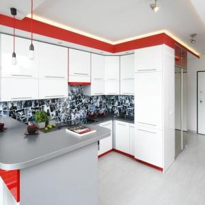 Aranżacja kuchni jest bardzo osobista. Zdradza jedno z zainteresowań Pani domu: zamiłowanie do muzyki. Ścianę nad blatem zdobi kolaż zdjęć z koncertów rockowych, wykonanych przez zaprzyjaźnionego fotografa. Projekt: Monika Olejnik. Fot. Bartosz Jarosz.