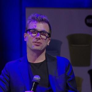 Tomek Rygalik dzielił się ze wszystkimi prelegentami i widownią anegdotami z początków swojej kariery. Podkreślał również, jak istotna jest praca zespołowa. Fot. Piotr Waniorek.